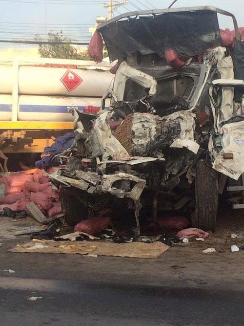 Va chạm kinh hoàng giữa xe đầu kéo và xe tải, 2 người chết - 3