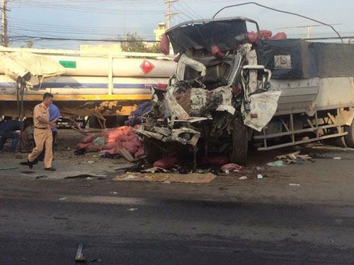 Va chạm kinh hoàng giữa xe đầu kéo và xe tải, 2 người chết - 1