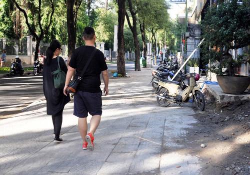"""""""Vắng"""" ông Đoàn Ngọc Hải, vỉa hè quận 1 bị tái chiếm tràn lan - 8"""