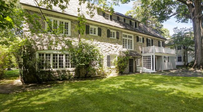Đây là một biệt thự bằng đá, tọa lạc tại Pelham Manor, New York, Mỹ.