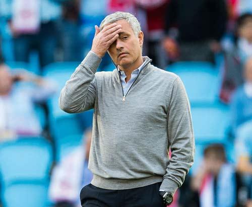 MU đua top 4: Buông thật, hay Mourinho tung hỏa mù? - 1