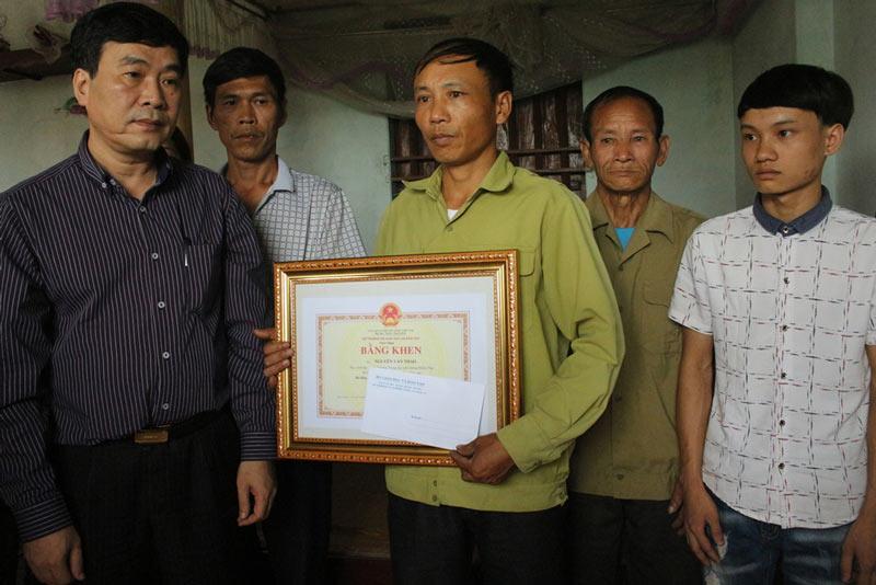 Truy tặng bằng khen cho học sinh Thái Nguyên quên mình cứu bạn - 1