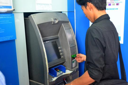 Vừa rút tiền từ ATM vừa lo - 1