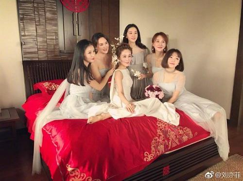 Đi đám cưới, Lưu Diệc Phi gợi cảm lấn át cả cô dâu - 6