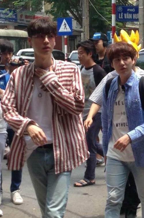 """Thành viên Super Junior bất ngờ đến Hà Nội, ăn """"bún chả Obama"""" - 1"""