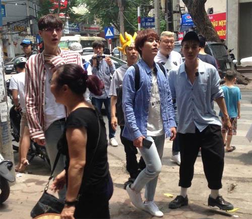 """Thành viên Super Junior bất ngờ đến Hà Nội, ăn """"bún chả Obama"""" - 2"""