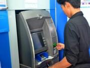 Tài chính - Bất động sản - Vừa rút tiền từ ATM vừa lo