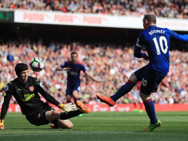 """Liverpool hụt 11m, đến lượt Rooney """"tự bắn vào chân"""" MU"""