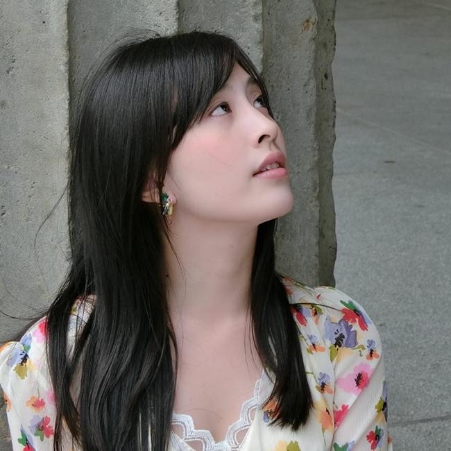 Hôm qua (7.5), thông tin người mẫu kiêm diễn viên Lâm Dịch Hàm treo cổ tự tử tại nhà riêng ngày 27.4 vừa qua gây sốt giới truyền thông Trung Quốc. Theo trang ETToday, lý do khiến người đẹp 9X kết thúc cuộc sống ở tuổi 26 vì chứng trầm cảm kéo dài khi bị thầy giáo cưỡng hiếp lúc còn là vị thành niên ở trường học. Vụ việc tự tử của Lâm Dịch Hàm chấn động làng giải trí Đài Loan trong suốt nhiều ngày qua.