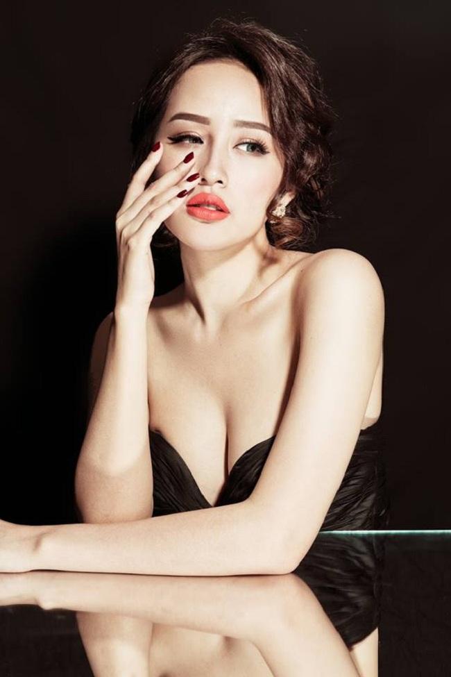 Mai Phương Thúy luôn được biết đến với gu thời trang sexy. Hoa hậu Việt Nam năm 2006 thường diện những thiết kế trễ nải khoe ra vòng một hấp dẫn.