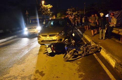 """Ô tô """"làm loạn"""" trên phố SG, người đi xe máy văng tứ tung - 1"""