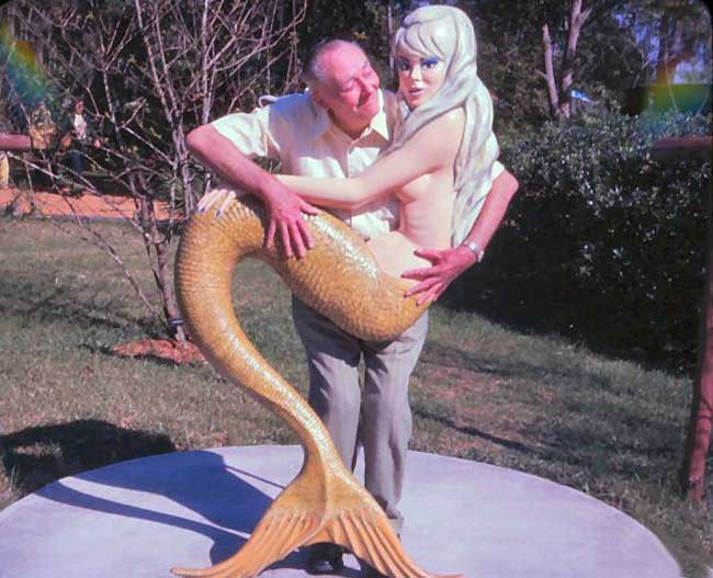 """Lần đầu tiên được chụp ảnh cùng """"nàng tiên cá"""" đấy."""