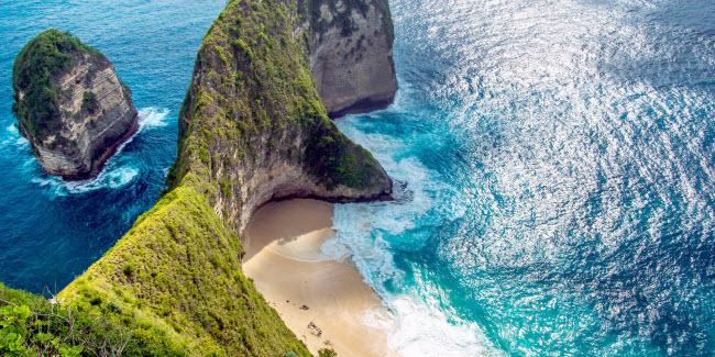 1. Bali, Indonesia: Hòn đảo này được coi là thiên đường của Indonesia với nhiều bãi biển cát trắng, những ngôi đền cổ trong rừng rậm và khỉ hoang dã. Tới đây, du khách có thể tham gia nhiều hoạt động như tắm biển, lặn khám phá, tìm hiểu văn hóa địa phương và mua sắm.