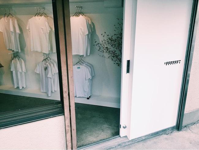 """Kỳ lạ shop """"chảnh chọe"""" chỉ bán áo thun trắng vào thứ 7 đắt hơn tôm - 2"""
