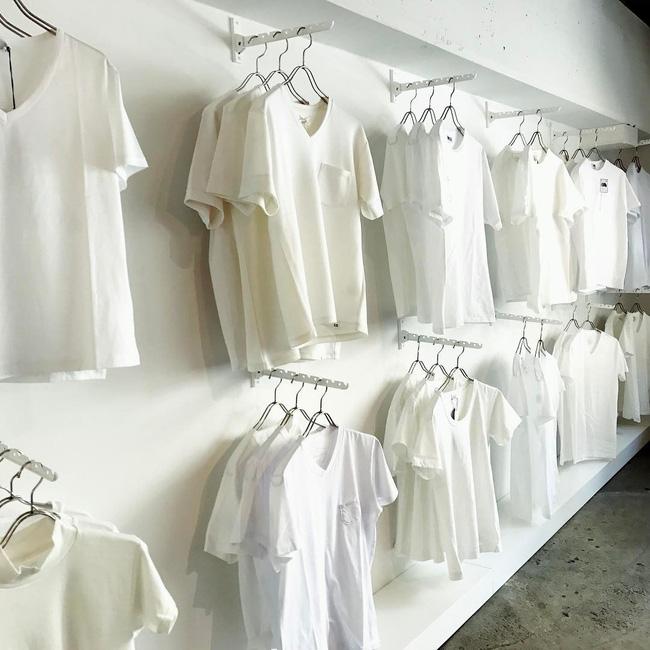 """Kỳ lạ shop """"chảnh chọe"""" chỉ bán áo thun trắng vào thứ 7 đắt hơn tôm - 3"""