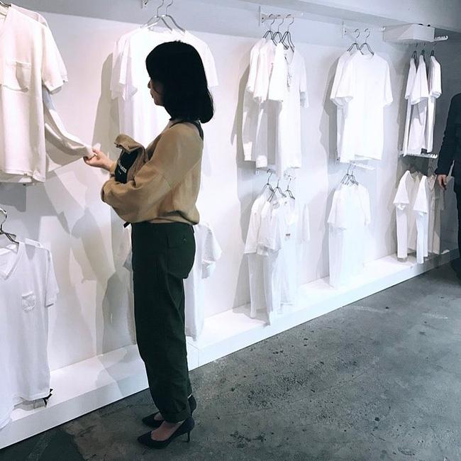 """Kỳ lạ shop """"chảnh chọe"""" chỉ bán áo thun trắng vào thứ 7 đắt hơn tôm - 4"""