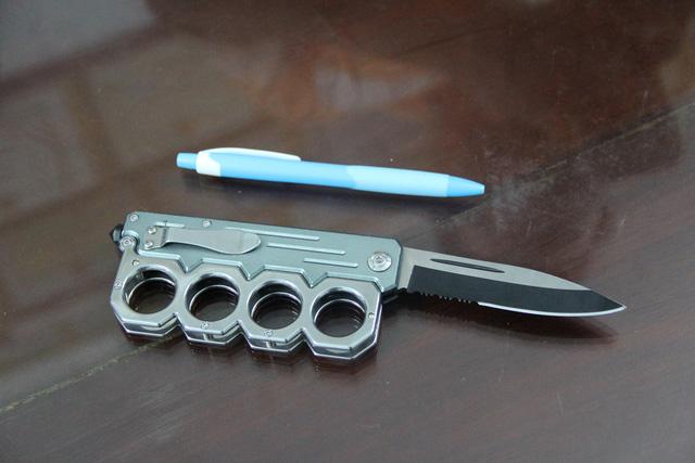 Va chạm giao thông, rút dao đâm 2 người trọng thương - 2