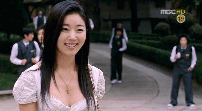 """Hoa hậu Kim Sa Rang được mệnh danh là cô giáo nóng bỏng nhất màn ảnh khi đóng vai chính trong bộ phim """"Hot for teacher"""" (tên tiếng Việt: Cô thực tập quyến rũ)."""