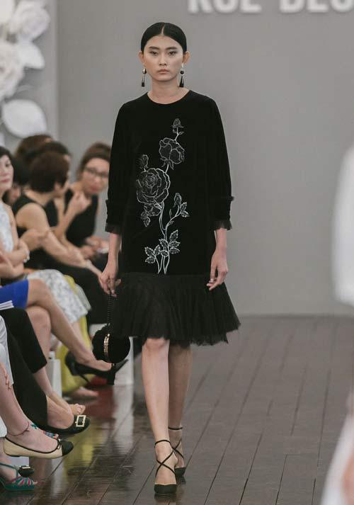 Dàn mẫu Việt quá gợi cảm với váy áo mỏng như sương - 10