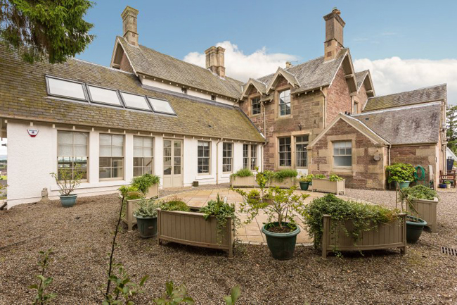 Ngôi nhà này nằm ở Alyth, Perthshire, nước Anh. Nó đang được rao bán với giá 695.000 bảng Anh (~20 tỷ đồng).