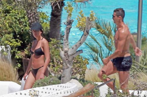 Bồ xinh mặc bikini quyến rũ, Ronaldo quấn quít không rời - 1