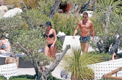 Bồ xinh mặc bikini quyến rũ, Ronaldo quấn quít không rời - 3