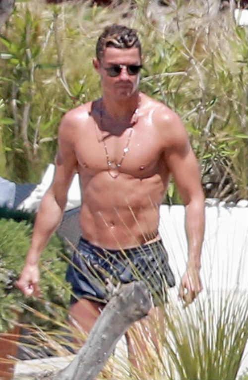 Bồ xinh mặc bikini quyến rũ, Ronaldo quấn quít không rời - 4