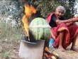 Clip cụ bà nấu thịt gà trong dưa hấu hút hơn 7 triệu lượt xem