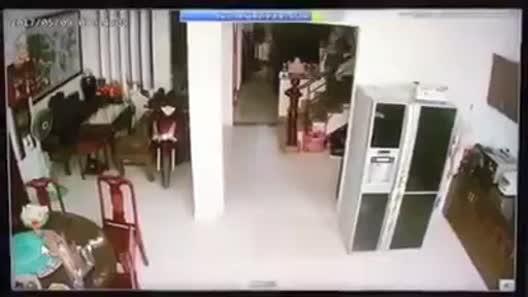Tên trộm cầm dao lục tung nhà gia chủ ở Sài Gòn