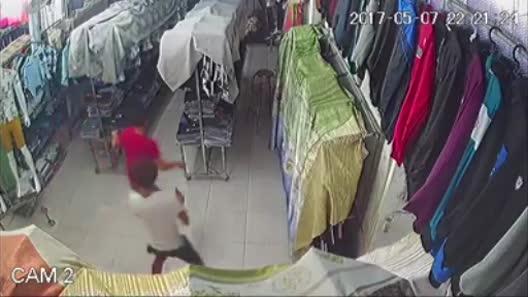 Tin bất ngờ vụ giang hồ chém người xối xả trong tiệm quần áo