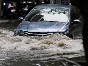 """Tin tức trong ngày - HN bất ngờ mưa lớn đầu hè, người dân """"bơi"""" trong nước"""