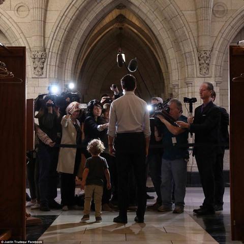 """Thủ tướng điển trai Canada """"gây bão"""" vì chơi với con trai - 5"""
