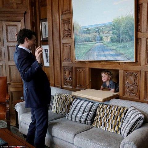 """Thủ tướng điển trai Canada """"gây bão"""" vì chơi với con trai - 2"""