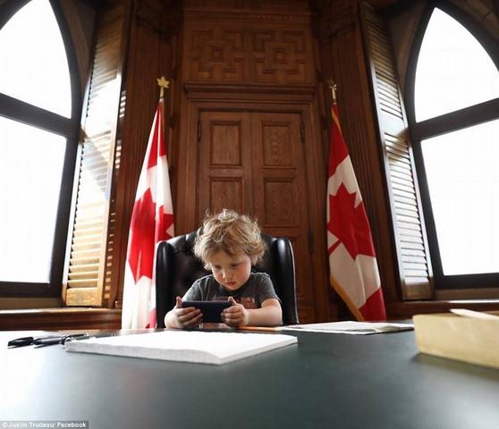 """Thủ tướng điển trai Canada """"gây bão"""" vì chơi với con trai - 3"""