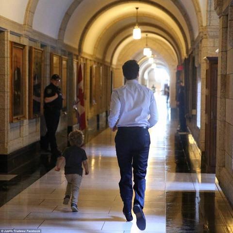 """Thủ tướng điển trai Canada """"gây bão"""" vì chơi với con trai - 4"""