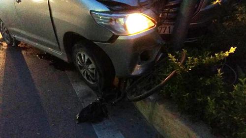 Ô tô húc văng xe máy, cuốn xe đạp vào gầm, 3 người gặp nạn - 1