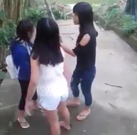 TT- Huế: Kỷ luật cảnh cáo 2 nữ sinh lớp 9 đánh bạn tới tấp - 2
