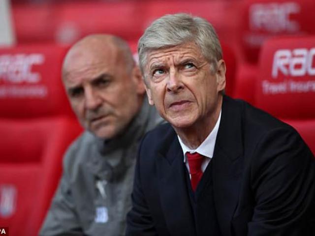 Arsenal thắng, Wenger vẫn bị máy bay...