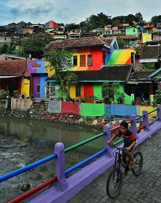 """Ngôi làng 7 màu đang khiến dân """"sống ảo"""" chao đảo ở Indonesia - 12"""