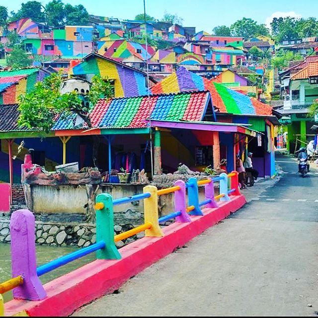 """Ngôi làng 7 màu đang khiến dân """"sống ảo"""" chao đảo ở Indonesia - 2"""