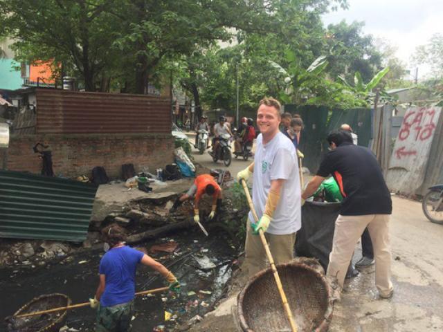 """""""Ông Tây nhặt rác"""" muốn biến mương thối thành một khu vườn"""
