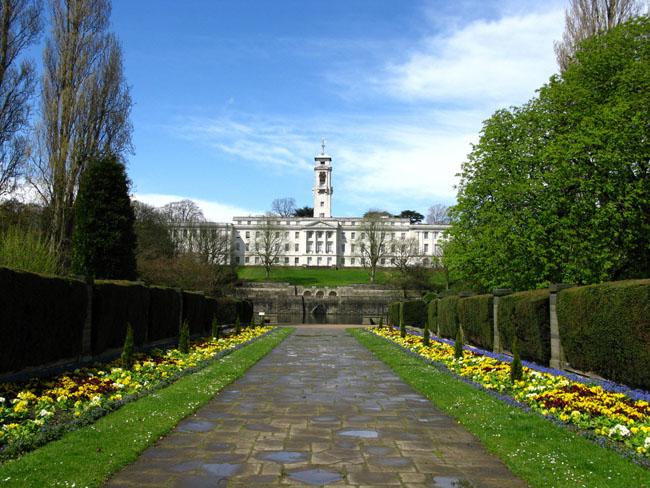 """1. Đại học Nottingham là 1 trong những trường đại học rộng và """"xanh"""" nhất nước Anh. Với diện tích rộng hơn 120ha, có thiết kế cảnh quan bao gồm các khu vườn hiện đại, cây cối và bụi rậm, nhiều loài thực vật độc đáo trên khắp thế giới, tạo thành 1 điểm nhấn tuyệt đẹp trong khuôn viên trường."""