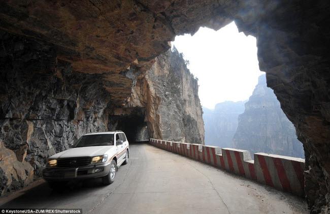 Khám phá con đường hiểm trở xuyên qua núi cao ở TQ - 4