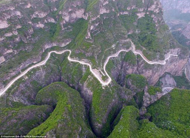 Khám phá con đường hiểm trở xuyên qua núi cao ở TQ - 1