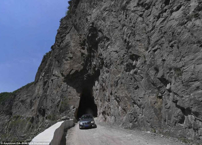 Khám phá con đường hiểm trở xuyên qua núi cao ở TQ - 3