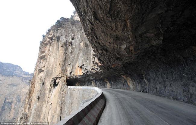 Khám phá con đường hiểm trở xuyên qua núi cao ở TQ - 2