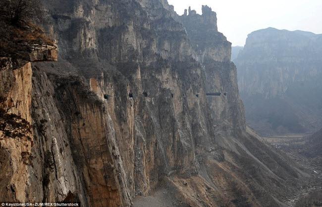 Khám phá con đường hiểm trở xuyên qua núi cao ở TQ - 6