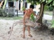 Nông dân đào trúng củ sắn dài hơn 2m, có hình thù giống người cá