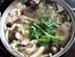 Lẩu gà nấu nấm đậm đà, thơm ngon đãi bạn dịp cuối tuần