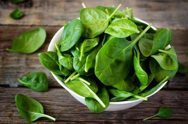 1. Rau chân vịt: Các loại rau lá xanh, đặc biệt là rau chân vịt, đều rất dồi dào chất sắt. Ba chén rau chân vịt chứa khoảng 18mg sắt, bạn có thể chỉ cần ăn một bữa rau chân vịt đã đủ lượng chất sắt cần thiết trong ngày.